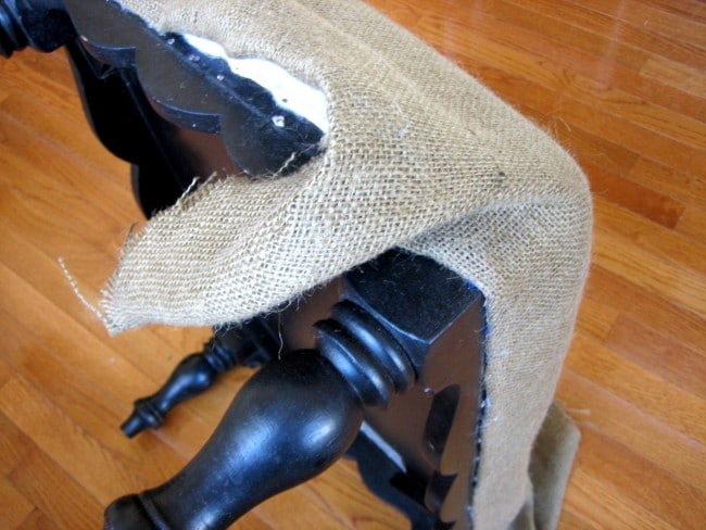 Fold burlap for egde of ottoman
