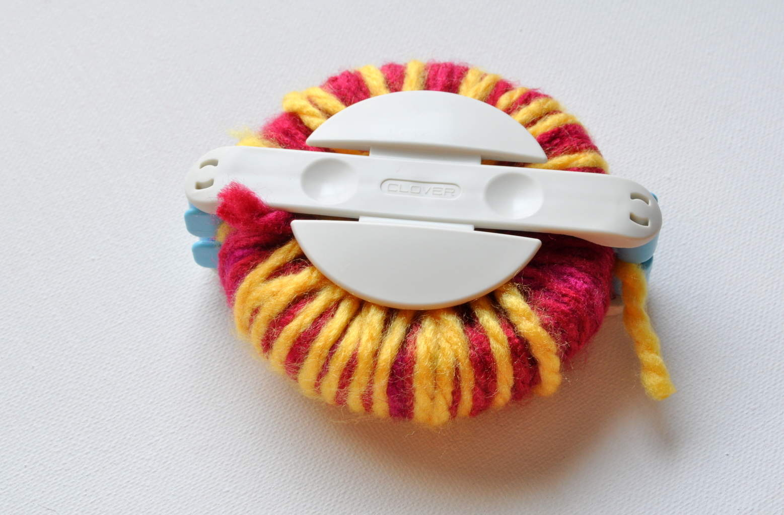 make multicolor pom pom