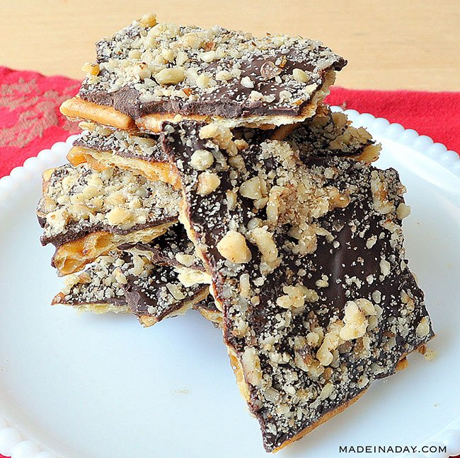 Sweet and Salty Chocolate Crunch Bars, Super easy sweet treat saltines! #Christmascrack, #saltine cracker #cookies