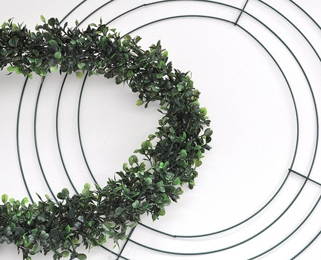 how t make a boxwood wreath from a garland