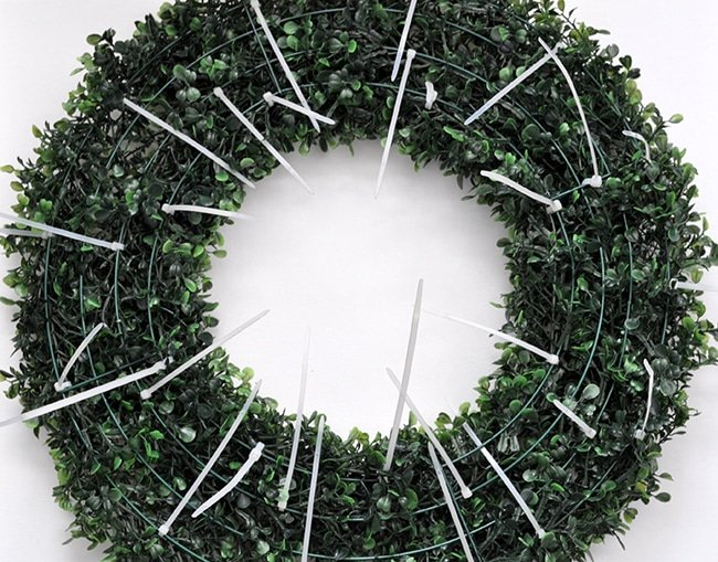 zip-tie-garland-to-wreath