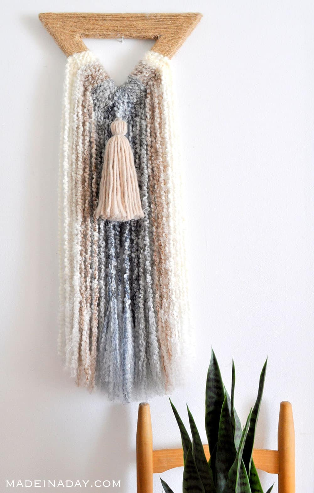 Boho Triangle Fringe Wall Art, Easy DIY Wall Hanging Macrame boucle yarn, bohemian fringe, ombre yarn #ombre #bohowallart #wallart