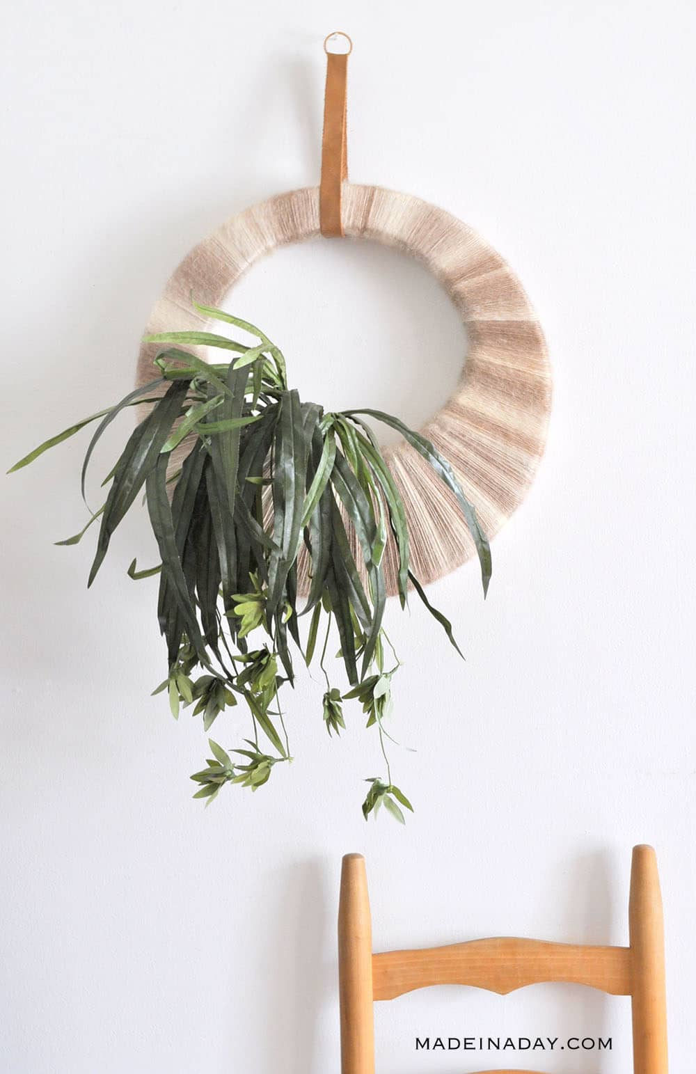#Boho Tropical Plant Wreath, Easy tutorial to make this super fun retro ombre tropical wreath!  #ombre #tropicalwallart