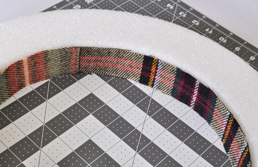 adding fabric t the inner section of a wreath